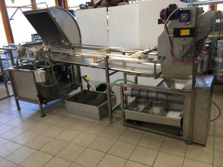 Automatický odviečkovací stroj s lisom a medometom